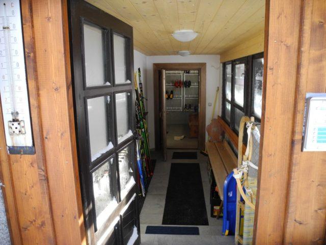 Vstup do domu s lyžárnou